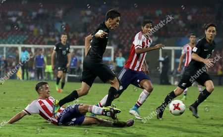 Alan Rodriguez (L) of Paraguay in action against Elijah Just (2-L) of New Zealand during the FIFA Under-17 World Cup 2017 group B soccer match between Paraguay and New Zealand at the D Y Patil Stadium in Mumbai, India, 09 October 2017.