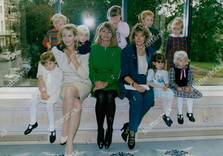 Actress Fiona Fullerton With Tv Presenter Sue Cook And Newsreader Julia Somerville (l-r) And A Host Of Children At A Birthday Lunch To Mark The 30th Anniversary Of The Pre-school Playgroups Association. Box 759 1025051781 A.jpg.