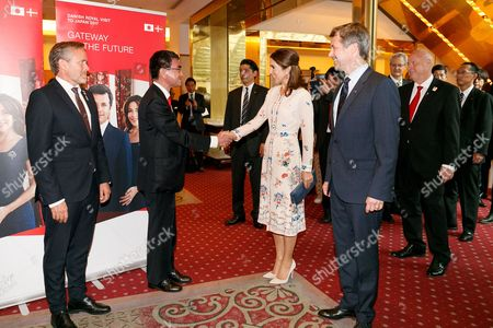 Japanese Foreign Minister Taro Kono (C-L) and Her Royal Highness the Crown Princess Mary Elizabeth Donaldson (C-R-), shake hands during a business seminar at Hotel Gajoen Tokyo