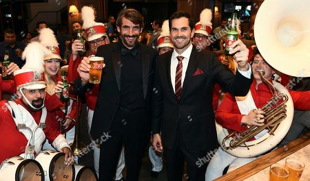 Matt Leinart and The Most Interesting Man kickoff their tailgate early ahead of Saturday's Game in Los Angeles