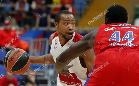 Othello Hunter (R) of CSKA Moscow in action against Andrew Goudelock (L) of AX Armani Exchange Olimpia Milan during the Euroleague basketball match between CSKA Moscow and AX Armani Exchange Olimpia Milan in Moscow, Russia 12 October 2017.