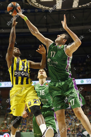 Unicaja´s Georgian center Giorgi Shermadini (R) in action against Fenerbahce´s US forward James Nunnally (R) during their EuroLeague basketball match played at Jose Maria Martin Carpena Sports Palace in Malaga, southern Spain, 12 October 2017.