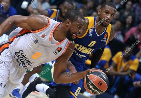 Will Thomas (front) of Valencia Basket in action against Thomas Robinson of Khimki Moscow Region during the Euroleague basketball match between Khimki Moscow Region and Valencia Basket, in Moscow, Russia, 13 October 2017.