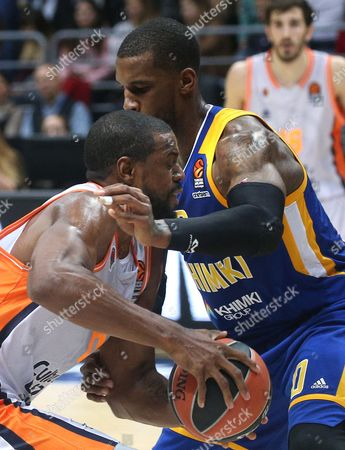 Will Thomas (L) of Valencia Basket in action against Thomas Robinson of Khimki Moscow Region during the Euroleague basketball match between Khimki Moscow Region and Valencia Basket, in Moscow, Russia, 13 October 2017.