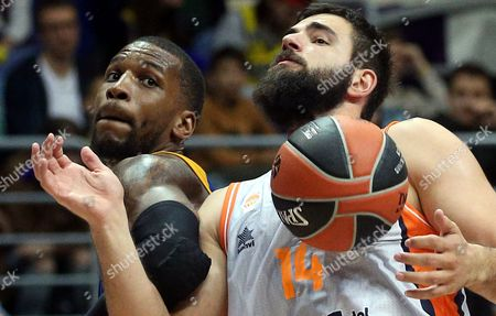 Thomas Robinson (L) of Khimki Moscow Region in action against Bojan Dubljevic (R) of Valencia Basket during the Euroleague basketball match between Khimki Moscow Region and Valencia Basket, in Moscow, Russia, 13 October 2017.