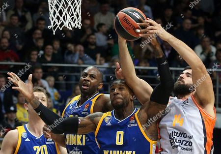 Thomas Robinson (C) of Khimki Moscow Region in action against Bojan Dubljevic (R) of Valencia Basket during the Euroleague basketball match between Khimki Moscow Region and Valencia Basket, in Moscow, Russia, 13 October 2017.