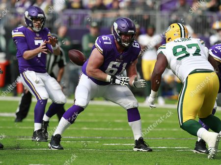 Minnesota Vikings offensive guard Joe Berger (61) sets to block against the Green Bay Packers during an NFL football game, in Minneapolis