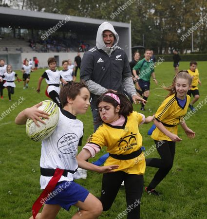 Israel Dagg (C), player of the New Zealand national rugby union team, during a training session with children in Gijon, Asturias, northern Spain, 18 October 2017. The New Zealand national rugby union team  will receive the Princess of Asturias 2017 Sports award in a ceremony held on 20 October 2017.