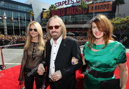 INDENTIFICATIONS: Singer Tom Petty, center, wife Dana York, left, and daughter Adria Petty arrive at the MTV Video Music Awards, in Los Angeles