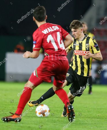 Sandy Walsh of Zulte Waregem (L) and Mason Mount of Vitesse fight for the ball during the UEFA Europa League soccer match between Zulte Waregem and Vitesse at Regenboogstadion, in Waregem, Belgium, 19 October 2017.