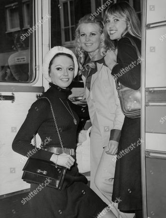 Zdjęcie dziennikarskie: Beauty Queen Contestants Arriving For The 1975 Miss England Beauty Contest. L-r: Sorralyn Croston Barbara Evans And Julie Dean. Box 767 726061727 A.jpg.