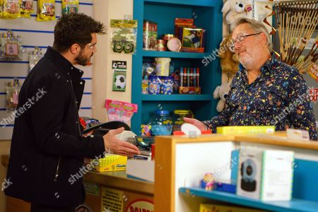 Ep 9293 Monday 6th November 2017 - 1st Ep Moira calls in the Kabin and is instantly attracted to Colin. Adam Barlow, as played by Sam Robertson, pays Colin Callen, as played by Vic Reeves, a visit and explains that Rita has changed her mind over her flat. Colin insists it's too late as it's a done deal. Moira's, as played by Louisa Patikas, impressed by his attitude.
