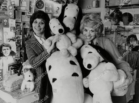 Lorna Dallas (left) And Jan Hunt Actress Starring In Musical 'showboat' Who Share A Dressing Room And A Love Of The Cartoon Character 'snoopy'. Box 772 61307178 A.jpg.