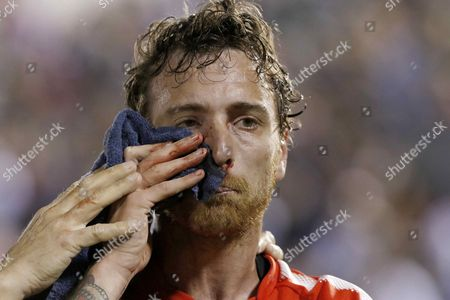 Independiente's Fernando Amorebieta leaves the pitch after being injured during the Copa Sudamericana soccer match between Nacional of Paraguay and Independiente of Argentina, at Defensores Del Chaco stadium in Asuncion, Paraguay, 25 October 2017.