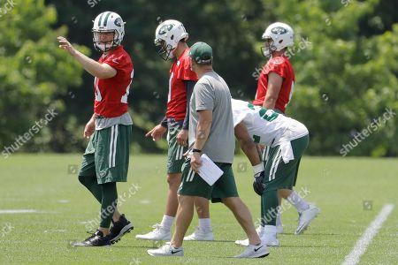 New York Jets quarterback Josh McCown, left, talks to quarterbacks coach Jeremy Bates, front, during NFL football practice, in Florham Park, N.J
