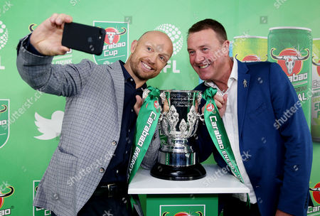 Matt Dawson and Phil Tufnell get a selfie with the Carabao Cup.
