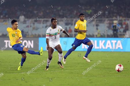 Brazil's Alan (L) scores a goal during the FIFA Under-17 World Cup 2017 third place match between Brazil and Mali at Salt Lake stadium in Calcutta , Eastern India, 28 October 2017.