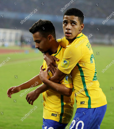 Brazil's Alan (L) celebrates after scoring a goal during the FIFA Under-17 World Cup 2017 third place match between Brazil and Mali at Salt Lake stadium in Calcutta , Eastern India, 28 October 2017.