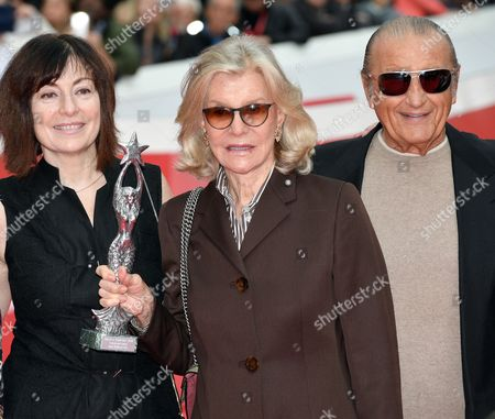 The director Graciela Rodriguez Gilio, Marina Cicogna with the Ischia Global prize, Tony Renis