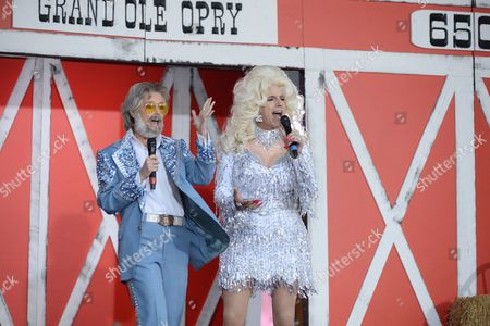 Savannah Guthrie as Kenny Rogers and Matt Lauer as Dolly Parton
