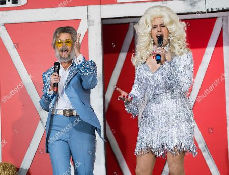 "Stock fotografie na téma Matt Lauer, Savannah Guthrie. Savannah Guthrie, left, and Matt Lauer dress as Kenny Rogers and Dolly Parton during NBC's ""Today"" show Halloween special at Rockefeller Plaza, in New York"