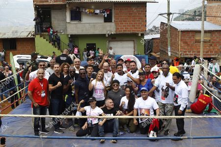 World boxing figures pose for a picture at La Honda, in Medellin, Antioquia, Colombia, 31 October 2017.   Former world champions Bernard Hopkins and Oscar de la Hoya and other boxers visited a La Honda neighborhood where they brought hope by sharing their life histories and teaching some of their secrets in the ring during the 96th Annual Boxing Convention of the World Boxing Association (WBA).