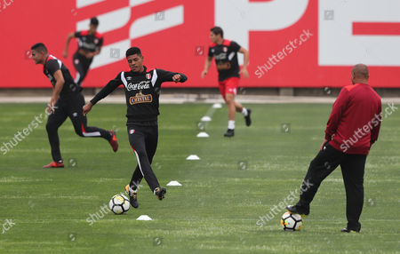 Player Wilder Cartagena (C) in action during  training of the Peruvian national soccer team, in Lima, Peru, 01 November 2017. Peru will visit New Zealand for the first leg of the playoff of the 2018 World Cup in Russia on 11 November.