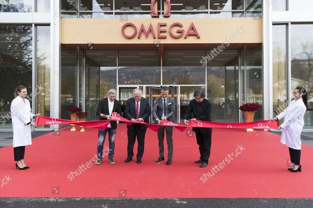 Nick Hayek, CEO Swatch Group, Swiss Federal Councillor Johann Schneider-Ammann, Raynald Aeschlimann, CEO Omega, and Japanese architect Shigeru Ban, from left, cut the ribbon during the opening of the new Omega production building in Biel, Switzerland, 02 November 2017.