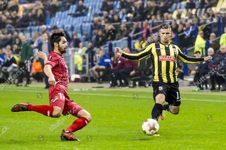 Bryan Linssen (R) from Vitesse duels with Sandy Walsh (L) from Zulte Waregem during the UEFA Europa League match between Vitesse and Zulte Waregem in the Gelredome stadium in Arnhem, the Netherlands, 02 November 2017.