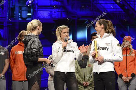 Laura Ludwig and Kira Wlkenhorst überreichen symbolisch den Staffelstab