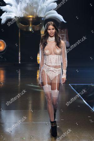 Kelie Santos on catwalk