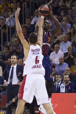 FC Barcelona Lassa's forward Rakim Sanders (R) in action against Ioannis Papapetroli (L) of Olympiacos Piraeus during their Euroleague basketball match played at the Blaugrana Palace in Barcelone, Spain, 03 November 2017.