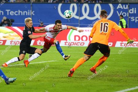 Hamburgs Filip Kostic koepft zum 2:1 gegen Stuttgarts Torwart Ron-Robert Zieler and Stuttgarts Andreas Beck