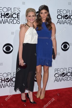 Sarah Michelle Gellar, left, and Amanda Setton arrive at the 40th annual People's Choice Awards at Nokia Theatre L.A. Live, in Los Angeles