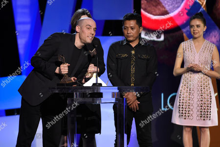 Joshua Oppenheimer, left, accepts the award for best documentary for â?oeThe Look of Silenceâ?? at the Film Independent Spirit Awards, in Santa Monica, Calif
