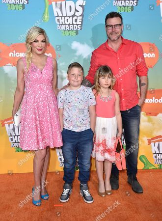 Tori Spelling, from left, Liam McDermott, Stella McDermott, and Dean McDermott arrive at the Kids' Choice Awards at The Forum, in Inglewood, Calif