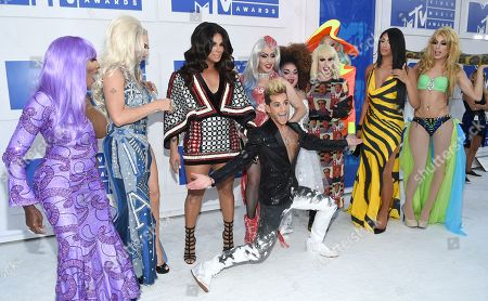 Frankie J. Grande, center, poses with Coco Montrese, from left, Alyssa Edwards, Roxxxy Andrews, Phi Phi O'hara, Ginger Minj, Katya, Detox, Tatianna, and Alaska, of RuPaul's Drag Race All Stars at the MTV Video Music Awards at Madison Square Garden, in New York