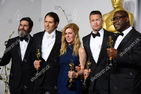 """From left, Anthony Katagas, Jeremy Kleiner, Dede Gardner, Brad Pitt, and Steve McQueen pose in the press room with the award for best picture of the year for """"12 Years a Slave"""" during the Oscars at the Dolby Theatre, in Los Angeles"""