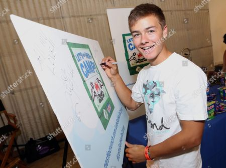 Actor Peyton Meyer supports the #LetsGetHerToCamp campaign with Nestle Crunch Girl Scout Candy Bars at a Teen Choice Awards gift suite, in Los Angeles. To help send girls to Girl Scout camp visit NestleCrunch.com/LetsGetHerToCamp by Aug. 31