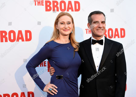Los Angeles Mayor Eric Garcetti and his wife Amy Wakeland arrive at The Broad museum's opening and inaugural dinner, in Los Angeles