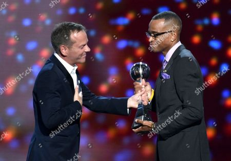 Kiefer Sutherland presents the Jimmy V award for perseverance to Stuart Scott at the ESPY Awards at the Nokia Theatre, in Los Angeles