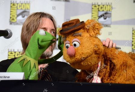 "Kermit the Frog, left, puppeteer Steve Whitmire, and Fozzie Bear attend ""The Muppets"" panel on day 3 of Comic-Con International, in San Diego"
