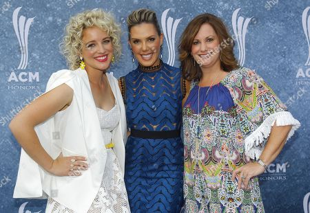 Fashion designer Kendra Scott, center, poses for a photo with Cam, left, and Lori Badgett arrive at the 9th Annual ACM Honors at The Ryman Auditorium on in Nashville, Tenn