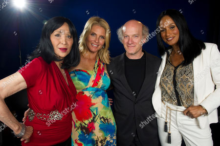 "Models China Machado, left to right, Kim Alexis and Beverly Johnson pose with director Timothy Greenfield Sanders of the documentary ""About Face: Supermodels Then and Now"" on in New York"