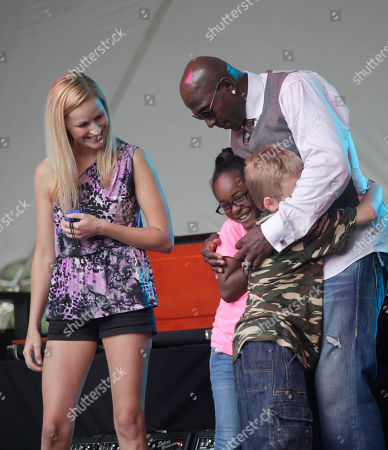 Green Bay Packer all-time leading receiver, Super Bowl Champion and Dancing with the Stars Champion Donald Driver surprises fans at a free concert with Hey Ocean! put on by the cellular company