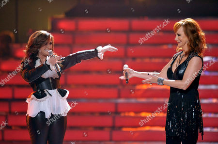 Reba McEntire, right, and Skylar Laine perform onstage at the American Idol Finale on in Los Angeles