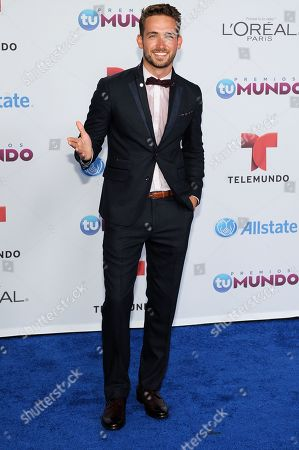Mauricio Henao arrives for the Premios Tu Mundo Awards at the American Airlines Arena on in Miami, Florida