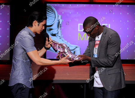 From left, Harry Shum Jr. presents Daniel Maree of Millionhoodies Movement for Justice with an award onstage at the 2013 Do Something Awards, on in Hollywood, Calif