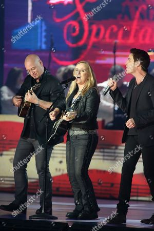 Melissa Etheridge, center, with Jimmy Stafford, left, and Pat Monahan of the band Train perform in concert during the Star-Spangled Spectacular Concert: Bicentennial of Our National Anthem at Pier Six Pavilion, in Baltimore