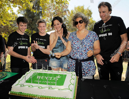 "Jenji Kohan, second from right, executive producer and creator of the Showtime series ""Weeds,"" cuts a cake as cast members, from left, Alexander Gould, Hunter Parrish, Mary-Louise Parker and Kevin Nealon look on at a party to celebrate the show's 100th episode, in Los Angeles"